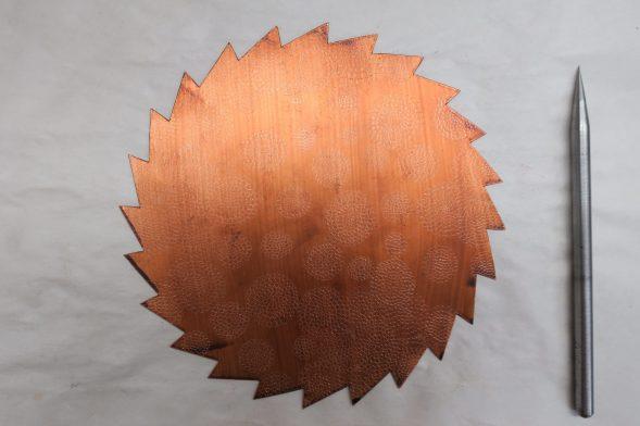 Gesägtes und lackiertes Kupfer mit halbfertiger Zeichnung